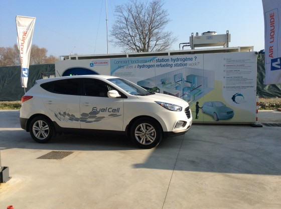 ix35 Fuel Cell devant station mobile à hydrogène